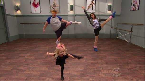 Minik Dansçılardan Dans Dersi Alan Yetişkinler